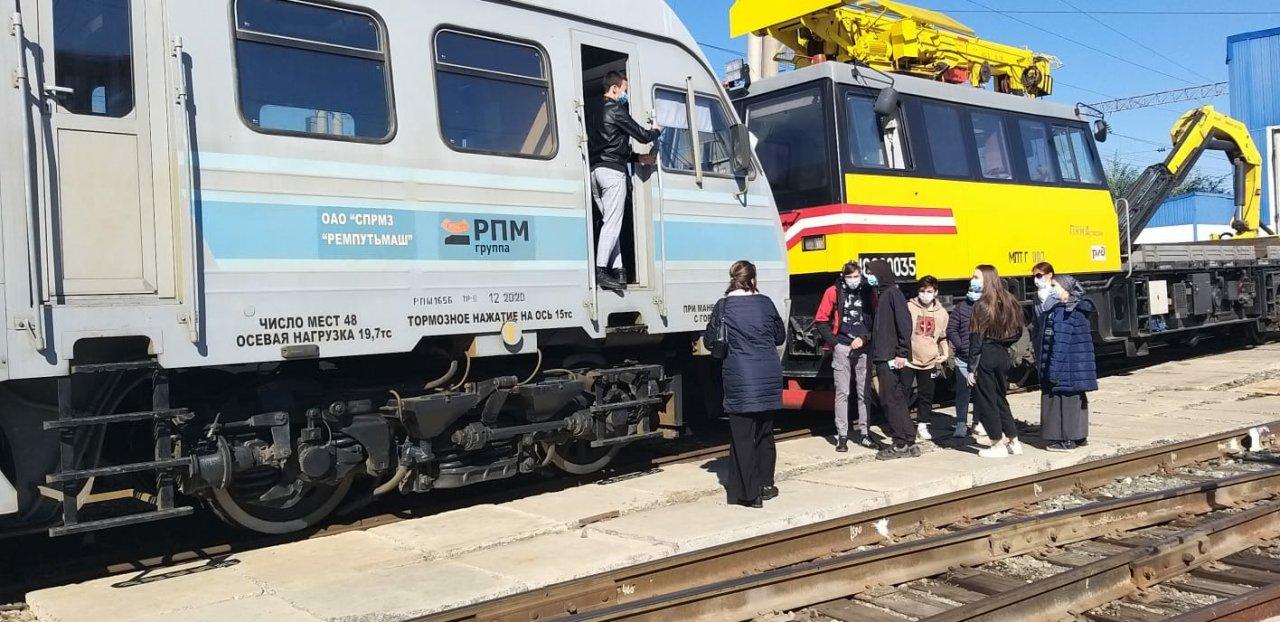 Профориентационную экскурсию для школьников провели в Астраханской дистанции пути