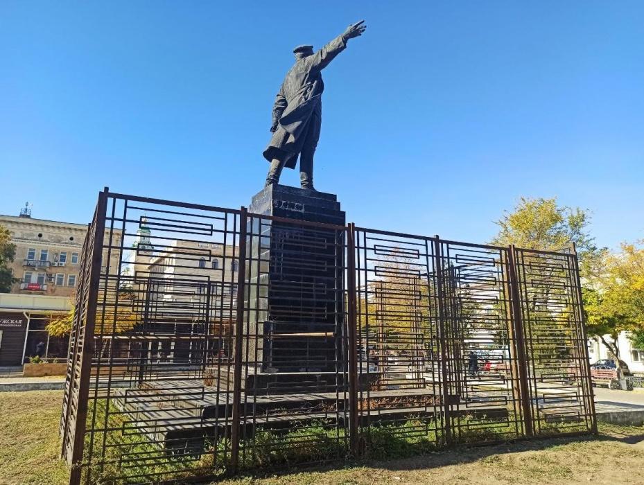 Памятник Кирову в центре Астрахани рушится и зарастает травой