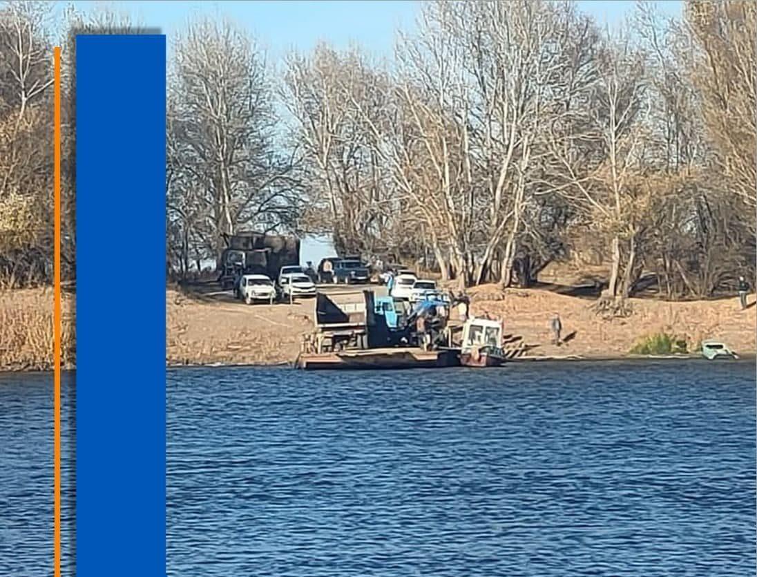 Трактор и два прицепа съехали с парома в Енотаевском районе